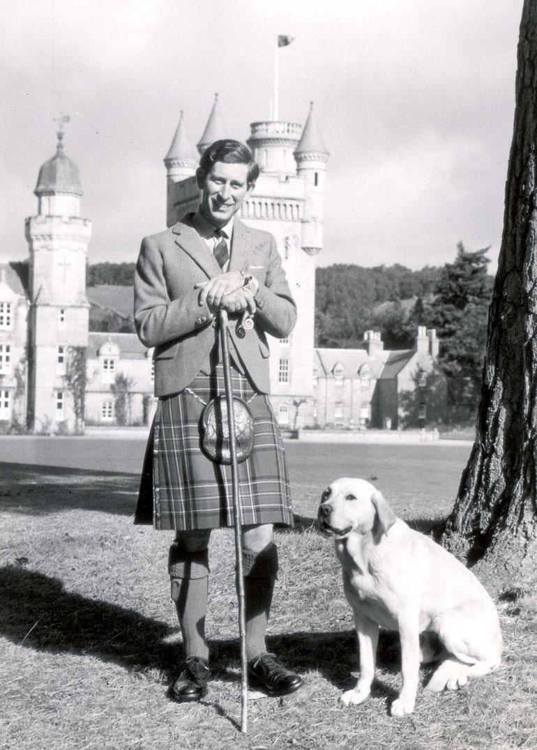 Charles poseerasi 30-vuotissyntymäpäivänsä kunniaksi Balmoralin linnan puistossa Skotlannissa.