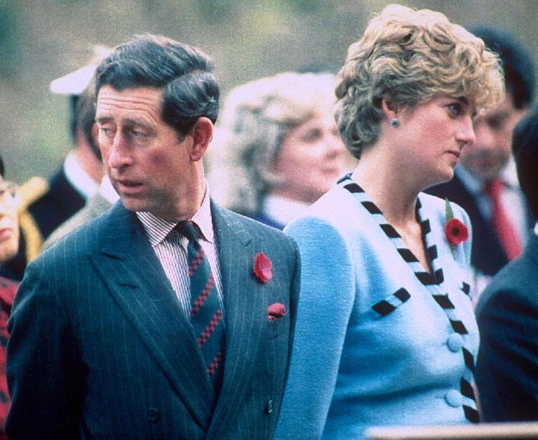 1990-luvun alussa Charlesin ja Dianan avio-ongelmat nousivat lehtien otsikoihin. Lopulta vuonna 1992 he saivat virallisen asumuseron, avioeroon heidät tuomittiin neljä vuotta myöhemmin.