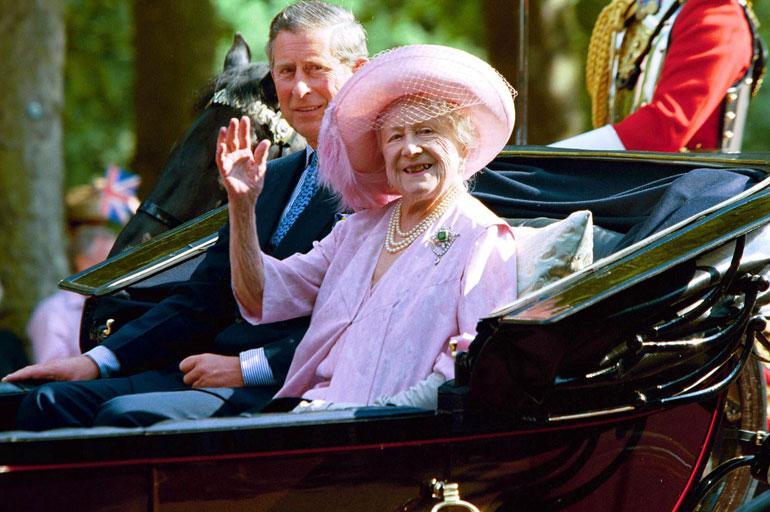 Charlesin elämän tärkeimpiä ihmisiä oli isoäiti, kuningataräiti Elisabet. Prinssi Philip oli ankara kasvattaja pojalleen, ja isoäiti nousi usein puolustamaan tyttärenpoikaansa. Kuningataräiti menehtyi keväällä 2002.