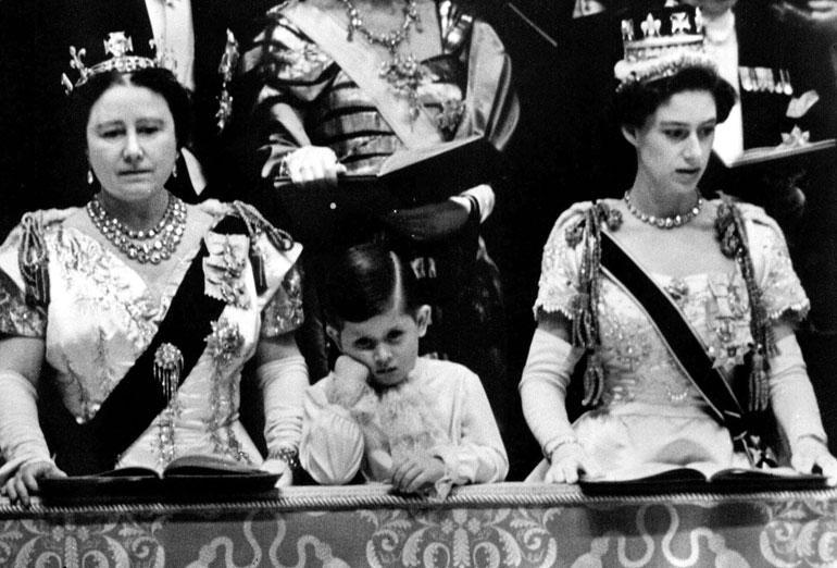 Pikkuprinssi Charles seurasi Elisabet-äitinsä kruunajaisia Westminster Abbeyssä. Pojan vierellä isoäiti, kuningataräiti Elisabet ja täti, prinsessa Margaret.