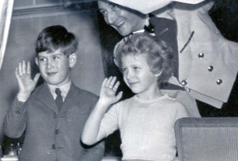 Charles ja pikkusiskonsa, prinsessa Anne kasvoivat läheisiksi. Nuoremmat sisarukset, prinssit Andrew ja Edward syntyivät vasta 1960-luvulla.