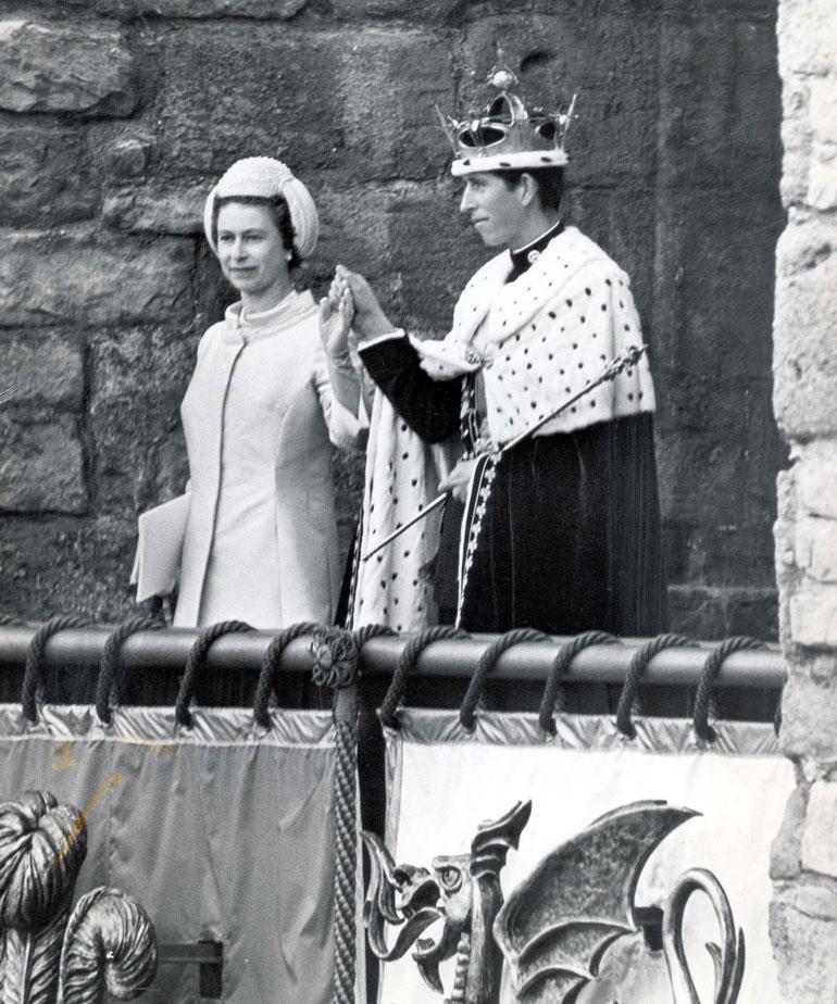 Charles nimettiin Walesin prinssiksi 9-vuotiaana, mutta kruunajaisseremonia pidettiin vasta kesällä 1958 Caernarfonin linnassa.