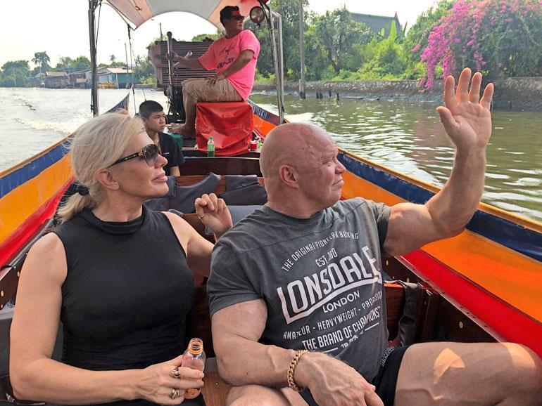 – Ajelimme kanaaleissa pitkähäntäveneellä tunnin, ja näimme paikallisten elämää kaikessa vaatimattomuudessaan. En tiennyt, että Bangkokin ydinkeskustakin on täynnä tällaisia kanaaleja, Tiina ihmettelee.