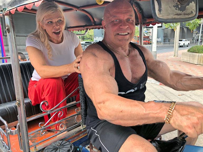 Tuk-tuk on suosittu kulkuväline Bangkokissa. Paikalliset kuskit houkuttelivat Tapen ohjauspuikkoihin saadakseen lihasmörssäristä valokuvan. – Tienasin parin euron kyydin ilmaiseksi poseeraamalla kuskeille, Tape naureskelee.