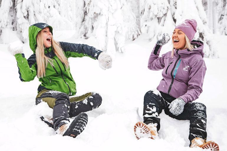 Alina intoutui lumisotaan missimanagerinsa Aleksandra Kantolan kanssa.