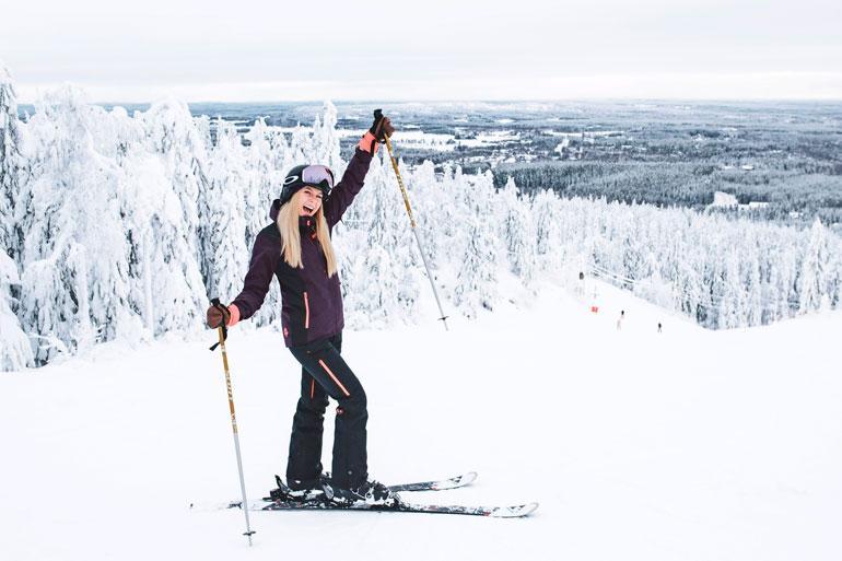 – Rakkaani piti tulla Vuokattiin mukaan, mutta hän ei päässyt matkustamaan loukkaantumisen takia Suomeen Japanista, Alina harmittelee.