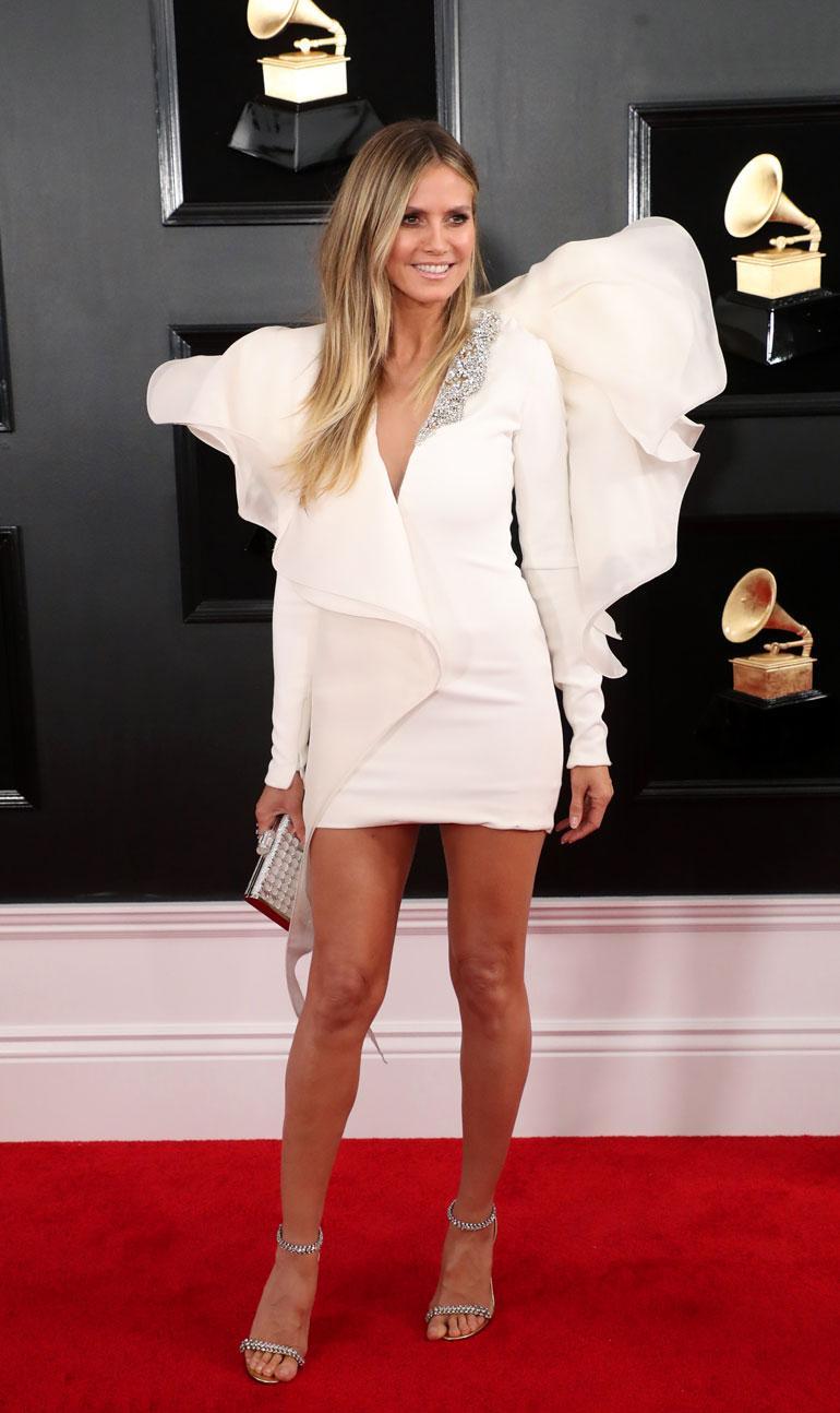 Upeista sääristään tunnettu Heidi Klum oli valinnut ylleen minipituisen mekon, jossa oli näyttävät olkakoristeet. Seksikkään kokonaisuuden kruunasivat Lorraine Schwartzin korut.