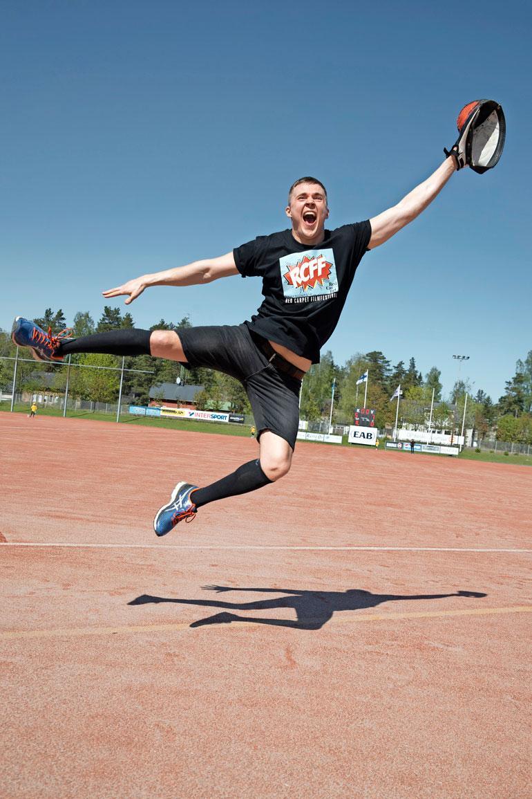 Laulaja Elias Kaskinen näytti kentällä taitojaan. Iloinen laulaja nautti lauantaina vallinneesta lähes hellekelistä, ja pesäpalloa on tullut pelattua selvästi ennenkin!