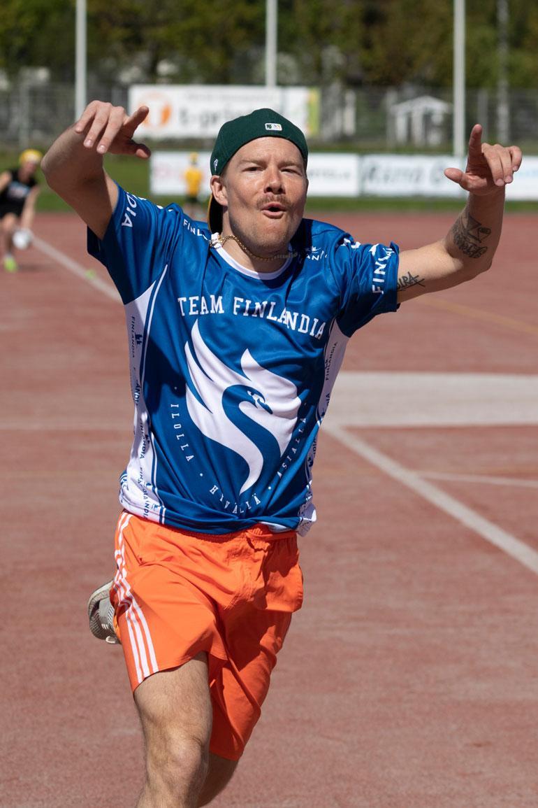 Räppäri VilleGalle riemuitsi onnistuneen juoksun jälkeen. Tällaisia tuuletuksia ei aina nähdä edes keikkalavoilla!