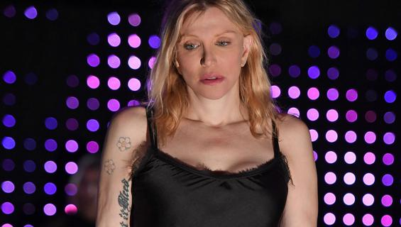 Courtney Love punaisella matolla