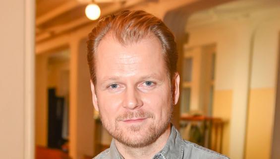Antti Luusuaniemi poseeraa Kansallisteatterissa tammikuussa 2017
