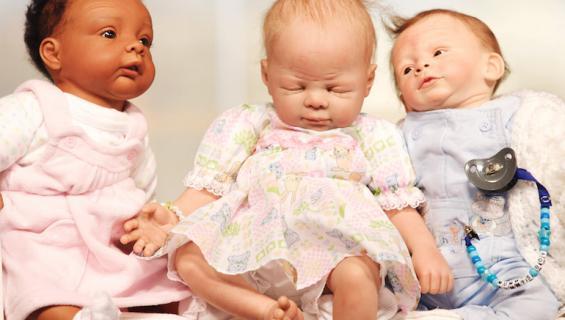 Pari kasvattaa kolmea nukkea, kuin lapsia.