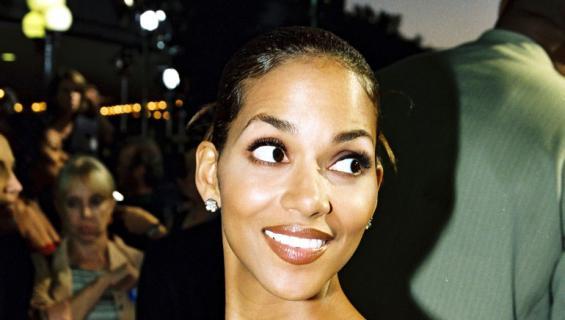 Halle Berry hymyilee.