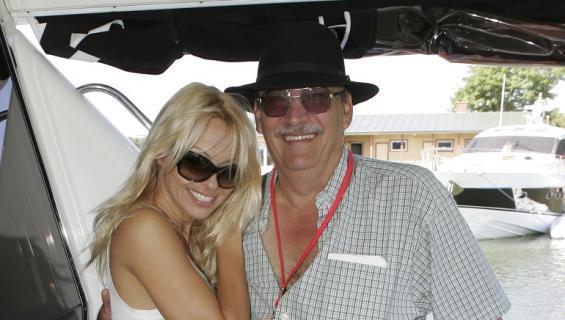 Pamela isänsä kanssa.