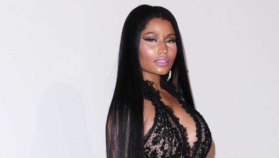 Nicki Minaj psoeeraa punaisella matolla