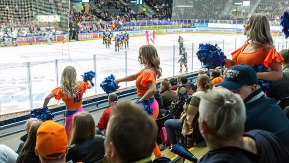 Tanssiryhmä Sparkling Stars kannustaa Tampereen Hakametsän hallissa.