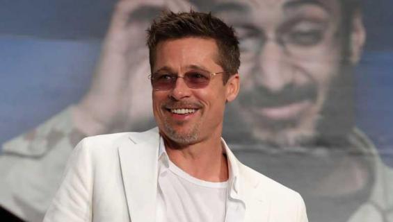 Brad Pitt onnellisena.
