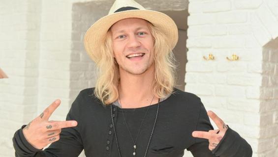 Jukka Hildén poseraa Seiskalle