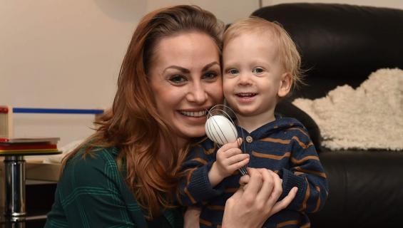 Katri Sorsa poikansa Eliaksen kanssa
