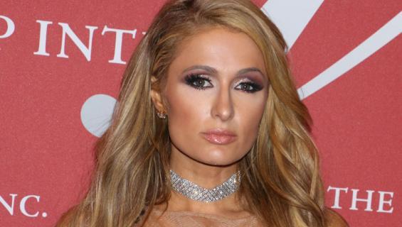 Paris Hilton samistelee Barbien kanssa.