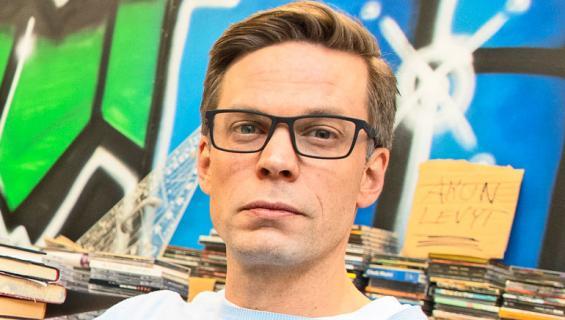 Mikko Nousiainen näyttelee Jari Sarasvuota.
