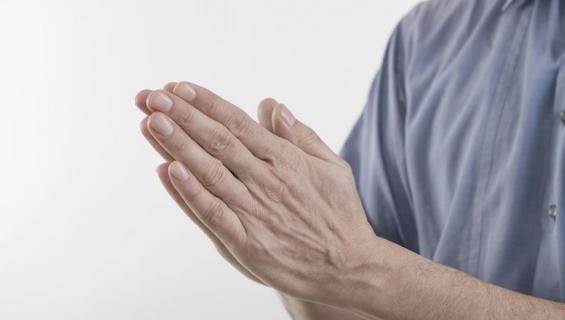 Miehen sormista löytyy yllättävää tietoa.