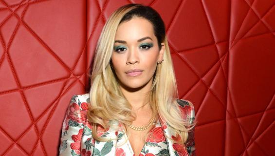 Rita Ora poseerasi nakuna.