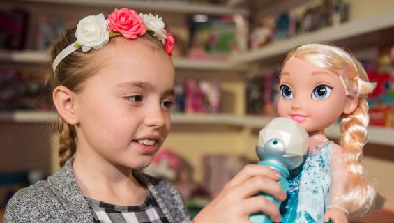 Ihmisten mielestä Elsalle ei pitäisi sallia tyttöystävää.