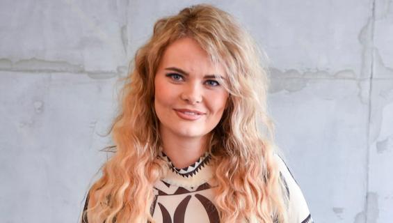 Erika Vikman villitsi seksikkäällä asulla.