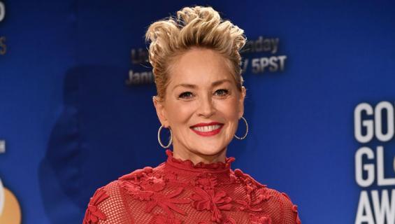 Sharon Stone viihtyi uimarannalla nuoren rakkaansa kanssa.