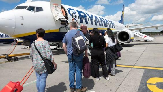 Ryanair syrjii naisia.