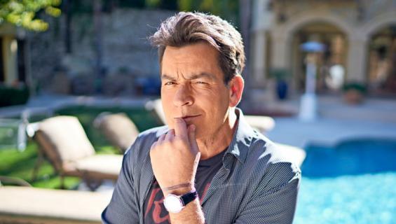 Charlie Sheen myy talonsa.