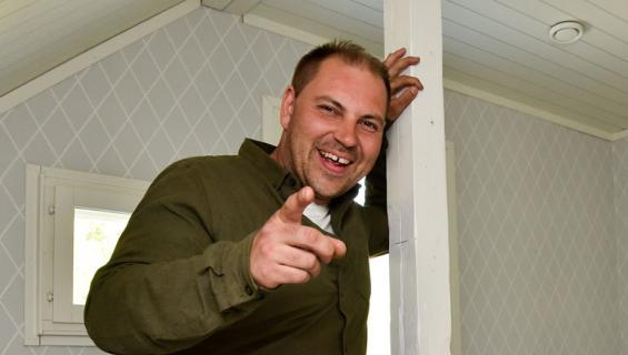 Perttu Sirviö remontoi perheen talon.