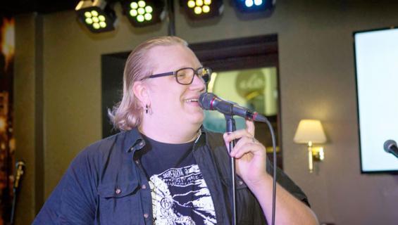 Arttu Wiskari lauloi karaokea.