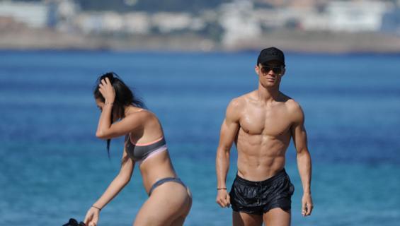 Cristiano Ronaldo rannalla Georgina Rodriguezin kanssa