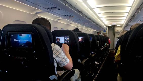 Mies häiriköi lennolla.