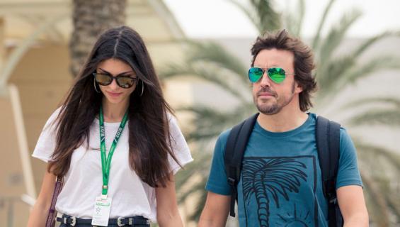 Fernando Alonso ja Linda-rakas eivät peittele rakkauttaan.