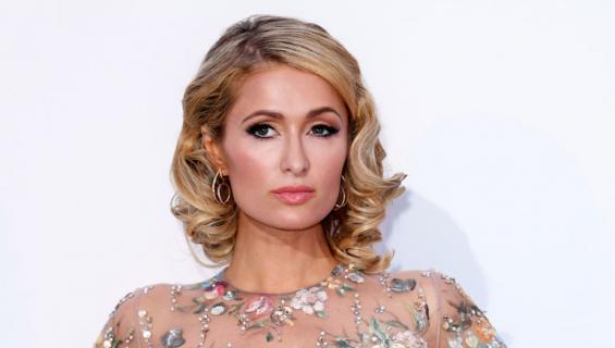 Paris Hilton näyttäytyi lapinäkyvässä iltapuvussa.