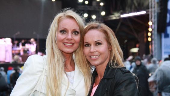 Virpi ja Katja Kätkä viihdyttivät terassikansaa.