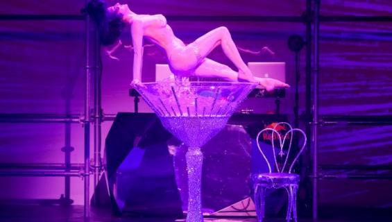 Dita Von Teese on kuuluisa burleskitaiteilija.