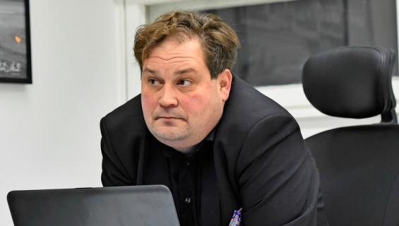 Jethro Rostedt eroaa vaimostaan.