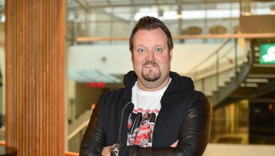 Sami Hedberg kaulaili ohjelmatoimistopomon kanssa.