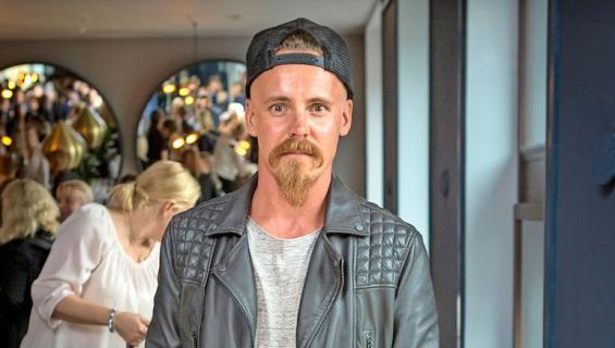 Jasper Pääkkönen saa näyttelijöistä mökkinaapureita.