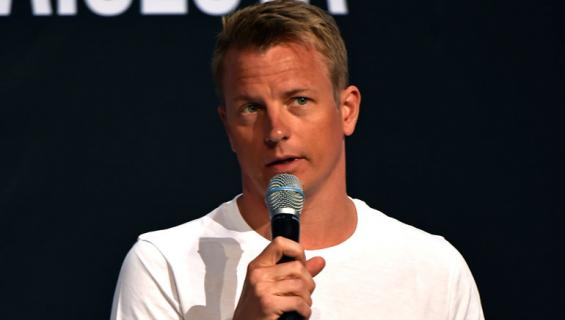 Kimi Räikkönen lauloi karaokea.