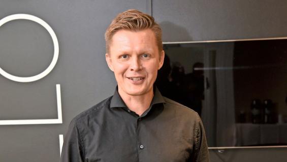 Mika Saukkonen kirjoittaa kirjaa.