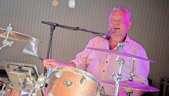 Jussi Lammela soittaa rumpuja ja laulaa.