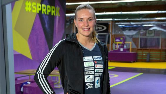 Jenna Laukkanen seurustelee hiihtäjän kanssa.