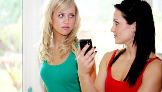 Naiset saavat paljon sopimattomia viestejä.