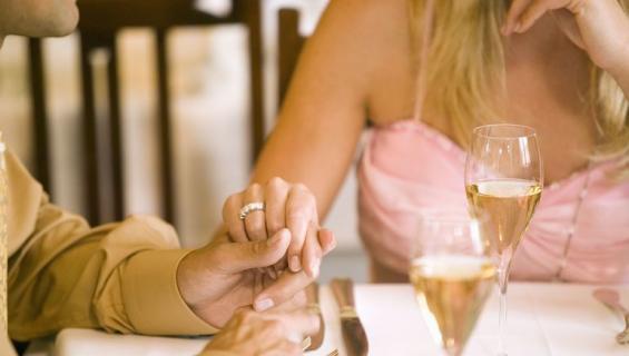 Varattu nainen tapailee muita miehiä rahasta.