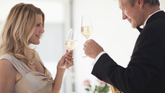 Nainen käy treffeillä vieraiden miesten kanssa.